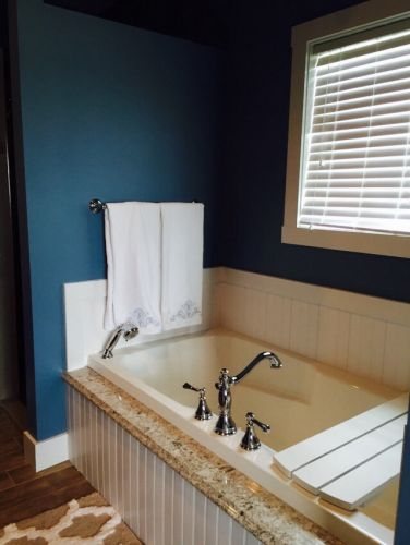Cottage style owners bath